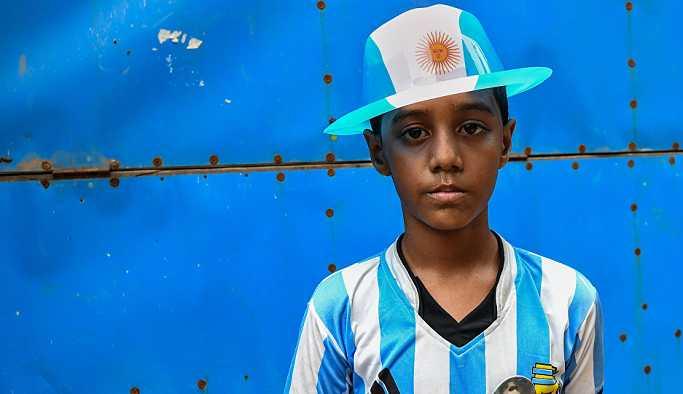 Bangladeş'te Messi ve Neymar yanlıları birbirlerine palalarla saldırdı