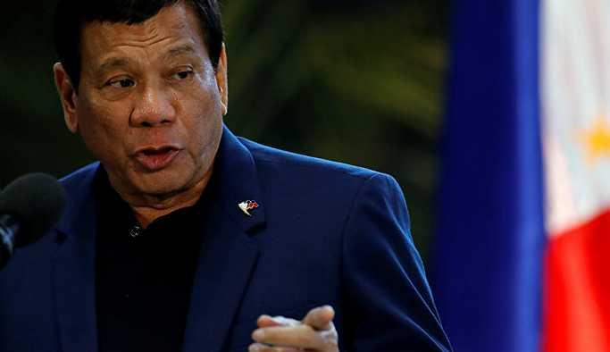 Duterte'den öpücük savunması: İkimizin de hoşuna gitti