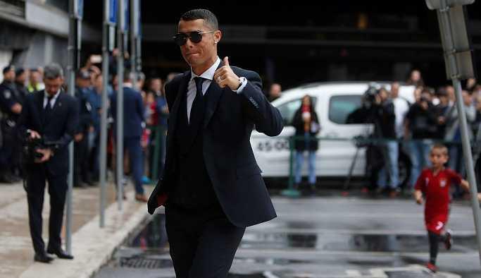 Ronaldo ve takımı, Rusya'da tuz ve ekmekle karşılandı