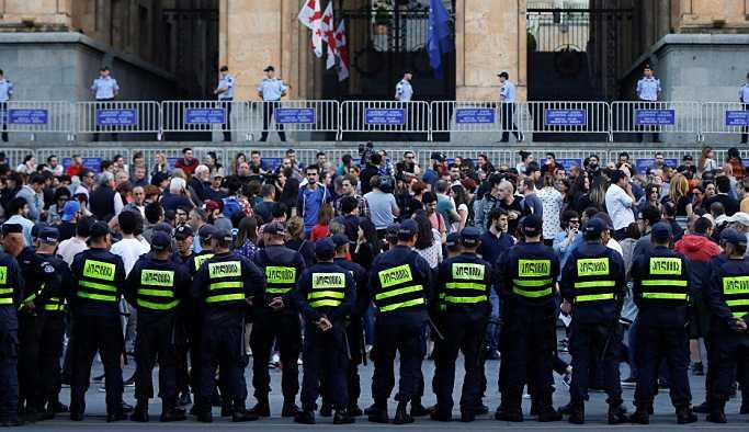 Tiflis'teki protestolar alevlendi: Polis muhalifleri gözaltına aldı, çadırları topladı