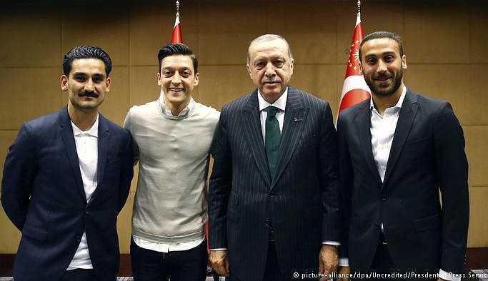 Bakan'dan federasyona Özil eleştirisi