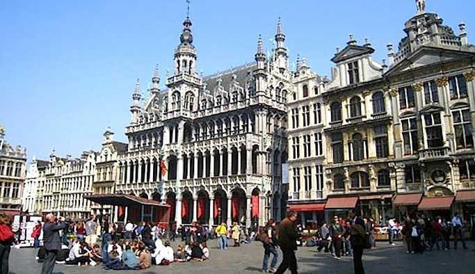 Brüksel'de evsizler sığınmacılara karşı isyan etti