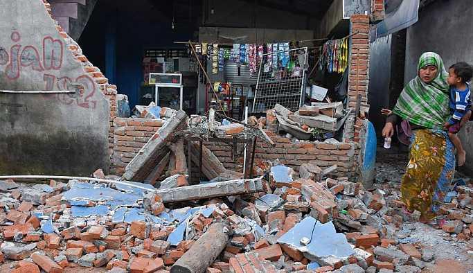 Endonezya'da deprem: Can kaybı 142'ye yükseldi