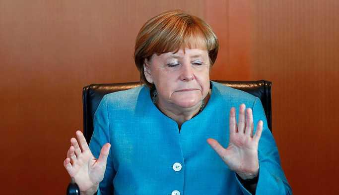 Rus askeri üssü dürbünle izleyen Merkel Twitter'da alay konusu oldu