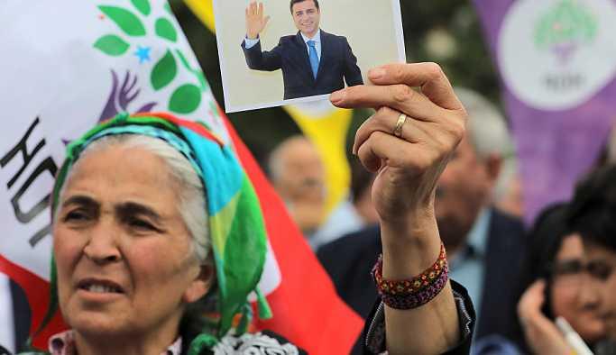 Demirtaş'ı Twitter'da takip etmeyi suç sayan savcı ve hakimler için suç duyurusu