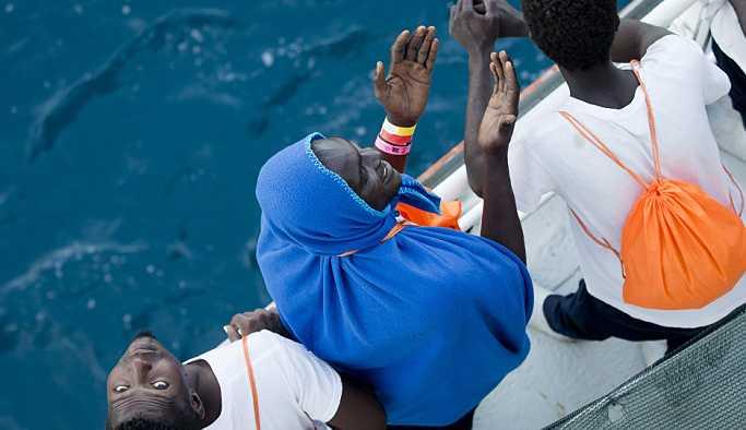 Libya açıklarında 100'den fazla göçmen boğuldu