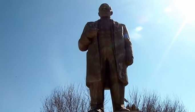 Tacikistan'da imamlar, Lenin heykelini restore etti