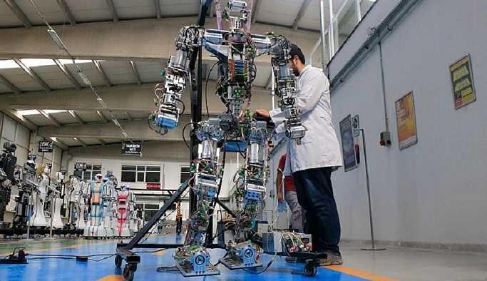 Adım atan robot 'Akıncı-4': Türkçe, İngilizce ve Arapça konuşabiliyor, Rusça da bitmek üzere