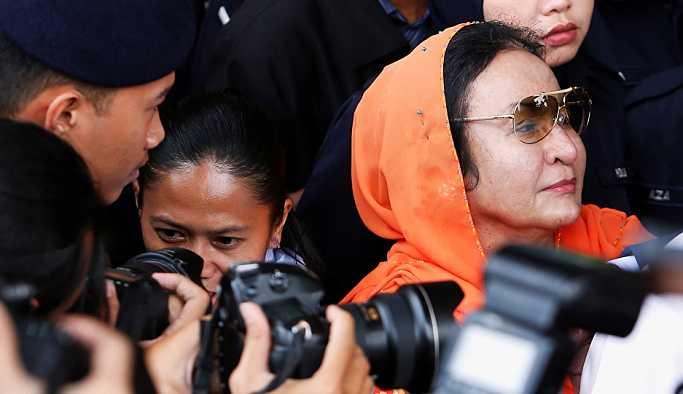 Eski Başbakan Necip Rezak'ın dün tutuklanan eşi Rosmah Mansor, kefaletle serbest bırakıldı