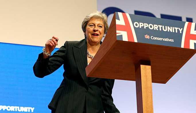 İngiltere Başbakanı May'den Muhafazakar Parti Konferansı'nda dans şovu