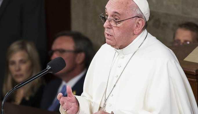 Papa, çocuk istismarcısı iki din adamını papazlıktan çıkardı