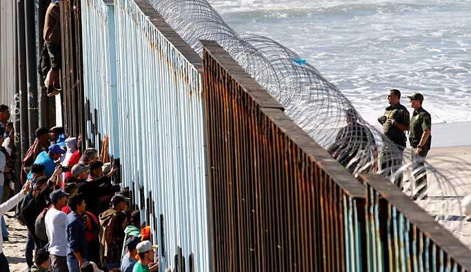 ABD sınırındaki Tijuana'da göçmen kazanı kaynıyor