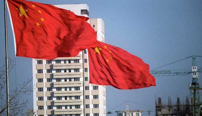 Çin'de bir kadın, yolda oluşan çukur tarafından yutuldu