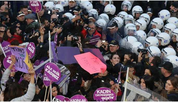 Erkek şiddetini protesto eden kadınlara polis müdahalesi
