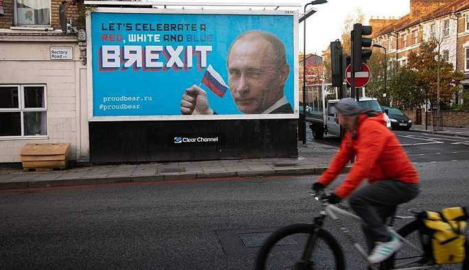 İngiliz Proud Bear aktivistleri, Brexit'i Putinli reklam panolarıyla 'kutluyor'