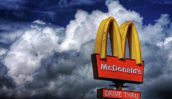 Ketçabı az bulan genç kadın McDonald's müdürünü boğmaya çalıştı