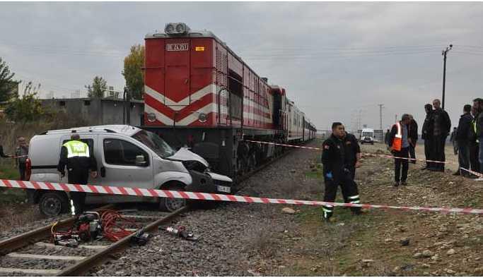 Tren araca çarptı: 2 yaralı