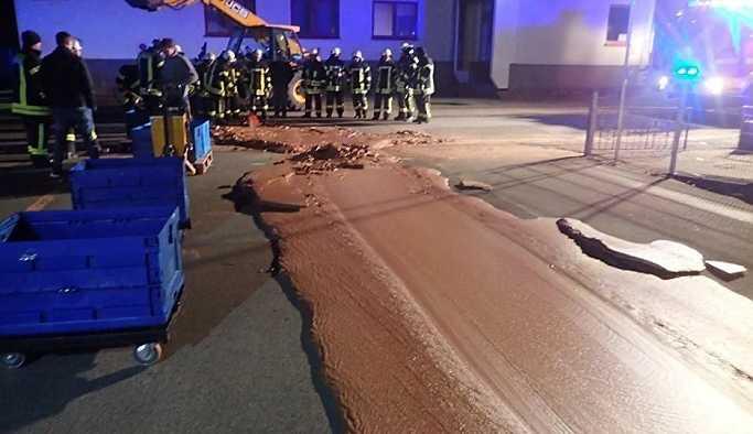 1 ton çikolata yola döküldü