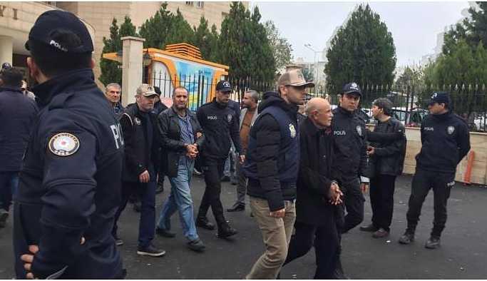 Adliyeye çıkarılan siyasetçilerin gözaltı süreleri uzatıldı