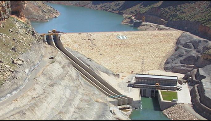 Aşırı yağış nedeniyle barajın kapaklarından biri koptu