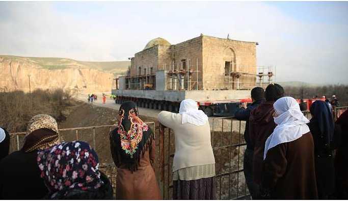 Hasankeyf'te 630 yıllık cami yerinden söküldü