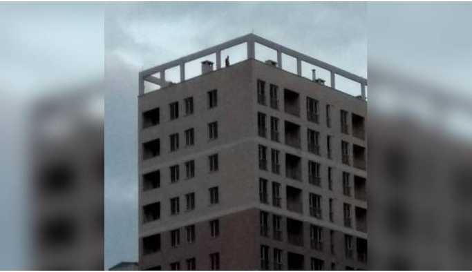 Maaşlarını alamayan TOKİ işçileri çatıya çıktı: İntihar ederiz