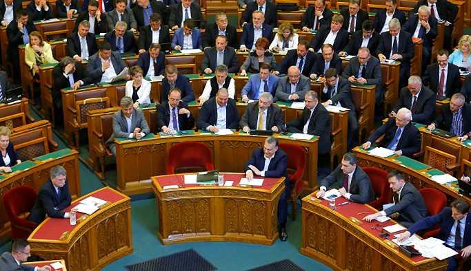 Macaristan'da fazla mesai saatini 250'den 400'e çıkaran yasa kabul edildi