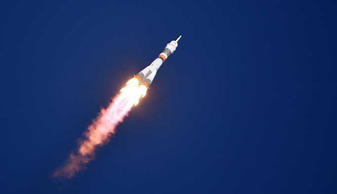 Rus kozmonotlar uzay aracındaki deliği incelemek için uzay yürüyüşüne çıktı