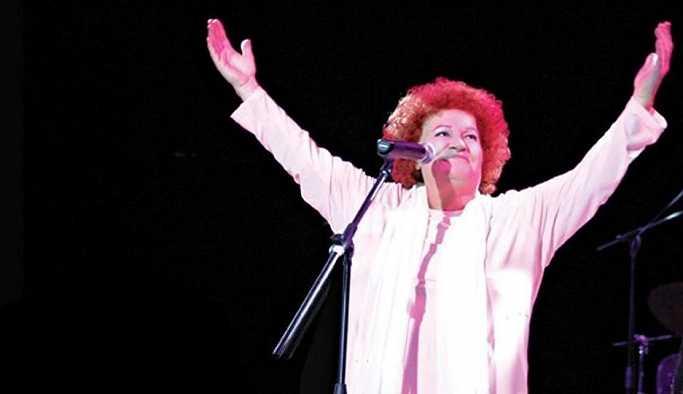 Selda Bağcan, 'sanatçısın, siyasete karışma' diyenlere sahneden cevap verdi