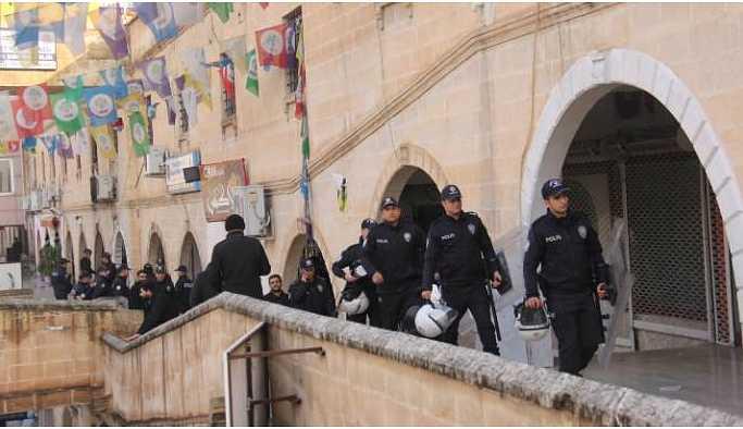 Urfa'da gözaltına alınanlar spor salonunda bekletiliyor