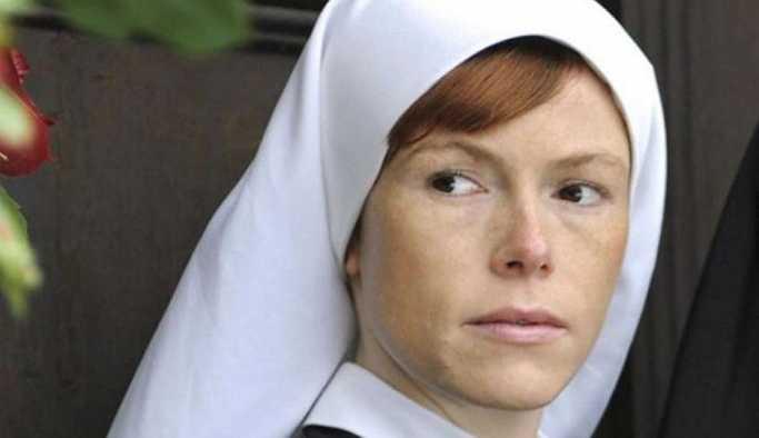 Yol kenarında soyunan 'Rahibe Jenny'e para cezası
