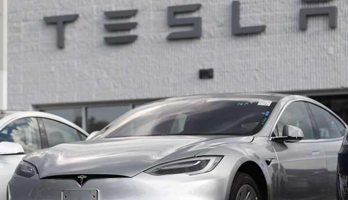 ABD menşeili Tesla'nın sürücüsüz aracı, Rusya yapımı robotla 'karşı karşıya geldi'