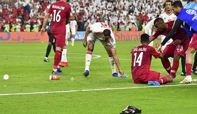 BAE ile Katar arasındaki 'abluka derbisinde' sahaya ayakkabı yağdı