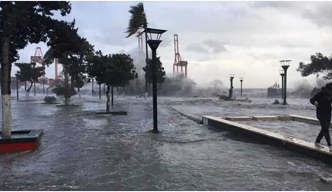 Çukurova'da sağanak yağış ve fırtına hayatı olumsuz etkiledi
