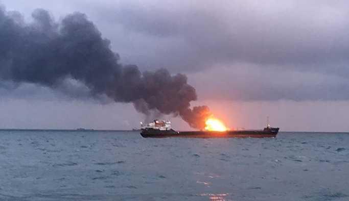 'Kerç Boğazı'ndan yanan gemilerin mürettebatını kurtarma çalışmaları durduruldu'