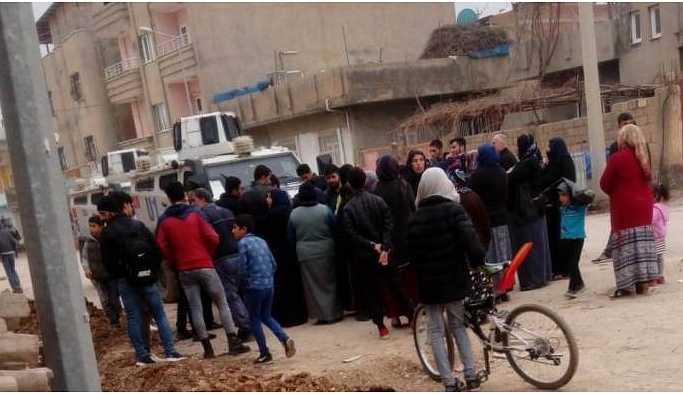 Nusaybin'de DEDAŞ ekipleri mahalleden çıkarıldı