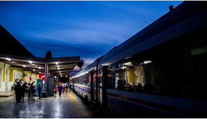Raylar düşen yolcu trenin altında kaldı
