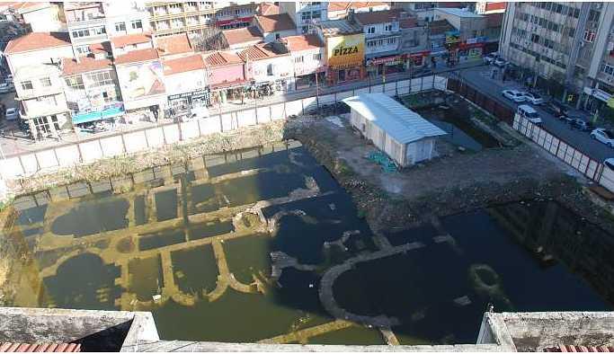 Roma dönemine ait tarihi yapı kalıntıları çürümeye terk edildi!