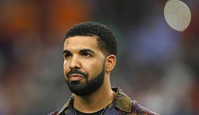 Sahnede 17 yaşındaki hayranını öpen Drake eleştirilerin hedefinde