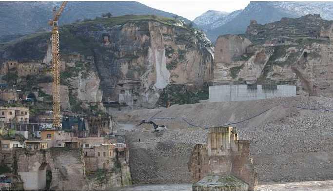 Tarihi kale betonla kaplanıyor
