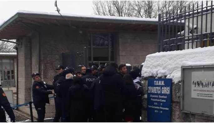 TOKİ işçileri kendilerini Meclis'e zincirledi: 4 gözaltı