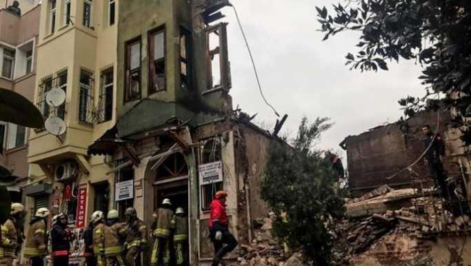 Yedikule'de bina çöktü: 4 yaralı