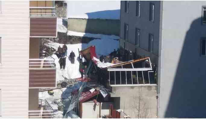 Bitlis'te bir kafenin çatısı çöktü: Yaralılar var