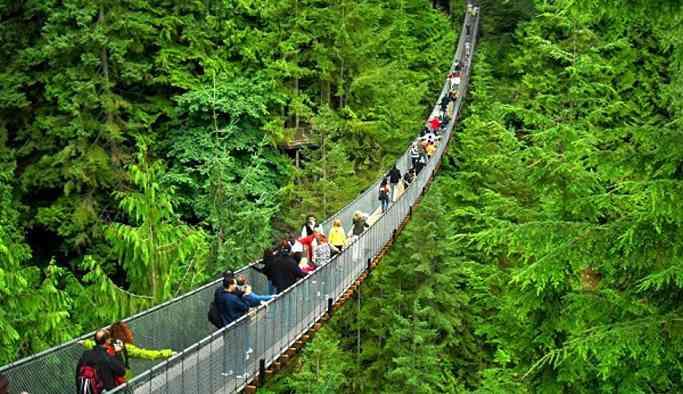 Çin'de asma köprü turistlerle birlikte çöktü