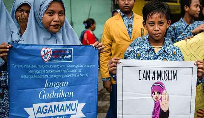 Endonezya'da öğrencilerden 'Sevgililer Günü kutlamayın' eylemi