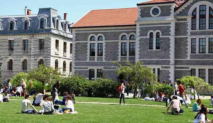 Türkiye'de üniversitelerin büyüyen sorunu: Parayla tez yazımı