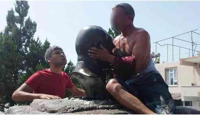 Zorla Atatürk büstü öptürten ırkçılara ödül gibi ceza