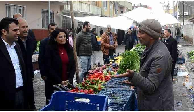 HDP'li adaylara seçmenler yoğun ilgi gösteriyor