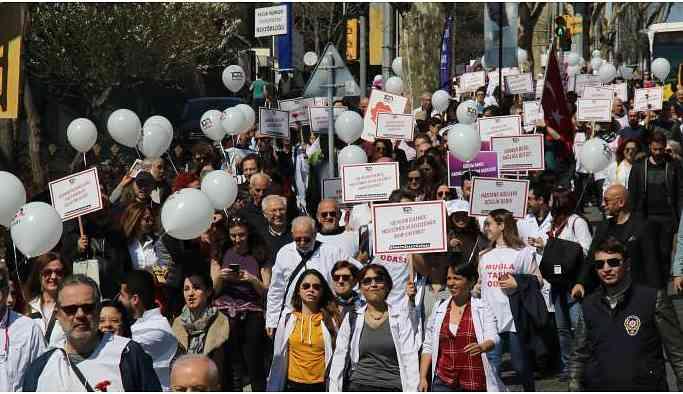 Hekimler Kadıköy'de yürüdü: Mücadeleye devam