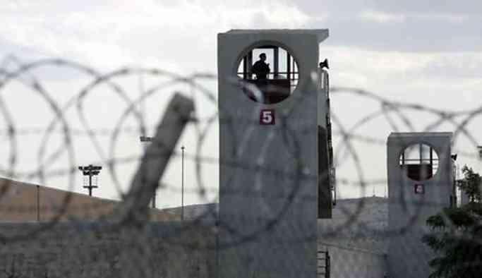 Kadın mahkumlara taş taşıtıyorlar